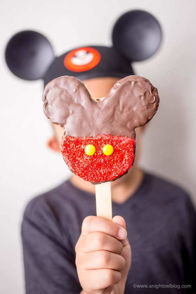 How to make Homemade Mickey Mouse Rice Krispie Treats - classic recipe and easy step by step tutorial! #Disneyland #WaltDisneyWorld #MickeyTreats